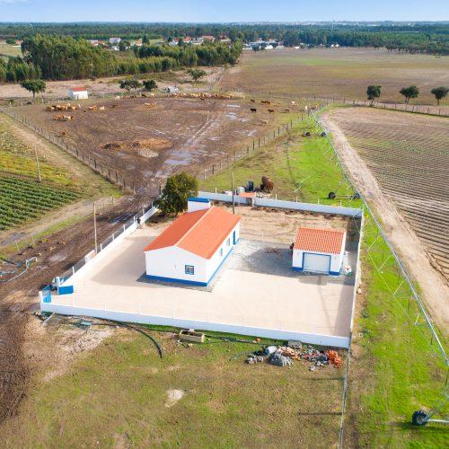 fotografia drone captada a alta altitude sobre uma propriedade