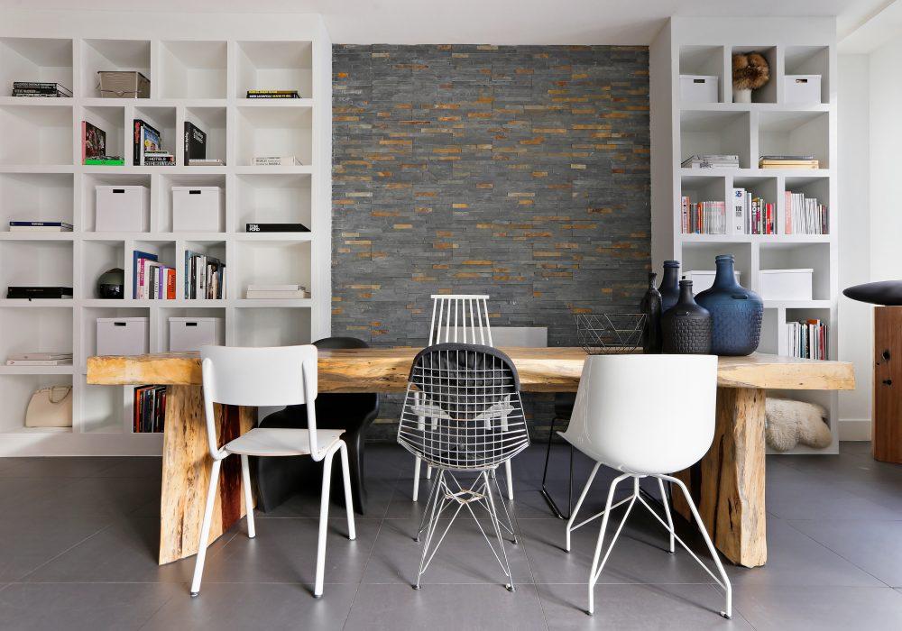 El Interior de una casa con una mesa y sillas y vídeo