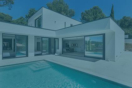 casa com piscina com filtro azul